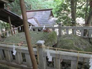 赤猪岩神社の猪岩を封印している石